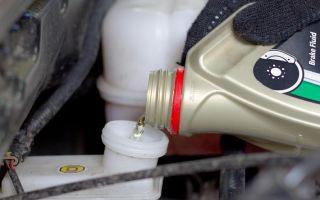 Замена тормозной жидкости своими руками — простая процедура, которая под силу любому автовладельцу